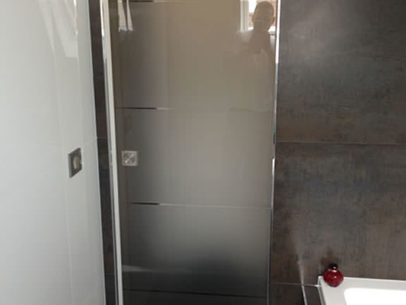 Installation porte vitrée coulissante de douche
