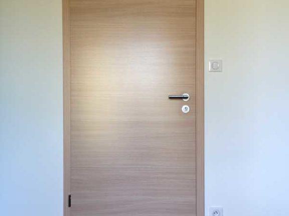 Menuiserie : pose d'une porte en bois