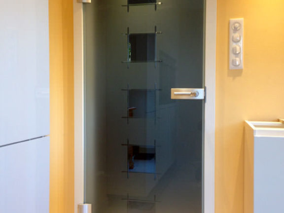 Menuiserie : pose d'une porte en verre